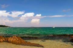 泰国酸值Samet多岩石的海滩小船和云彩 免版税图库摄影