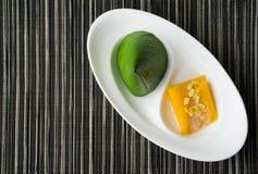 泰国金字塔点心用芒果黏米饭 免版税库存图片
