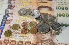 泰国金钱、1000泰铢钞票和硬币在白色背景 免版税库存图片