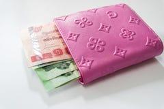 泰国金钱在桃红色皮革钱包里 免版税库存照片