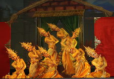 泰国金黄舞蹈演员显示 图库摄影