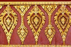 泰国金黄雕刻的寺庙屋顶 免版税图库摄影