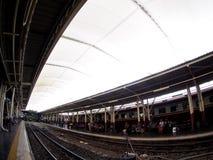 泰国铁路铁路葡萄酒减速火箭的长途柴油无盖货车和机车在曼谷 免版税库存照片