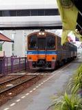 泰国铁路铁路葡萄酒减速火箭的长途柴油无盖货车和机车在曼谷 免版税库存图片