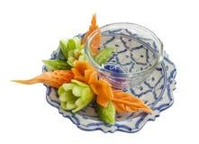 泰国雕刻的菜旁边圆盘在白色装饰 库存图片
