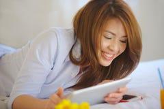 泰国青少年笑与Ipad 免版税库存图片
