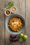 泰国面条搅动油炸物用大虾、豆腐和菜 Famuose a 免版税库存图片