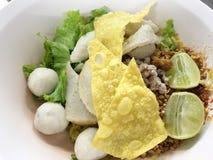 泰国面条没有汤服务用鸡蛋、柠檬和猪肉球和顶部与辣 泰国食物的街道 库存照片