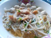 泰国面条用汤,猪肉,肉丸 免版税库存照片