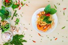 泰国面条用香肠和虾烘烤 免版税库存照片