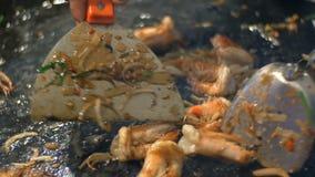 泰国面条的准备用鸡蛋和海鲜在煎锅 在油的虾油炸物在煎锅 夜市场 影视素材