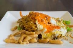 泰国食物、油煎的面条与鸡和鸡蛋 免版税库存照片