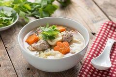 泰国食物、纯净汤与菜和丸子在白色弓 库存照片