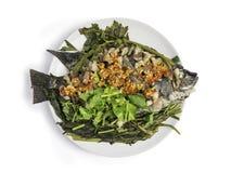泰国食物、通入蒸汽的罗非鱼鱼和斑斑猪肉倾吐与红色 库存照片