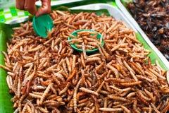 泰国食物在市场上。 油煎的粉虫 免版税库存照片