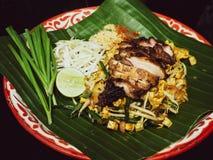 泰国食物垫泰人油煎用烤鸡泰国样式原始的香蕉的凹线必须尝试菜单的叶子可口底部 免版税库存照片