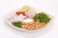 泰国食物开胃菜用花生,石灰,辣椒,柠檬香茅 免版税图库摄影