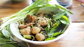 泰国食物是牛肉与麝香草和荷兰芹接近的小船面条 免版税图库摄影