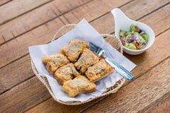 泰国食物油煎的猪肉小圆面包开胃菜,快餐,油煎了猪肉小圆面包 免版税库存图片