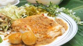 泰国食物集合是米细面条用鱼咖喱汁和veget 免版税库存图片
