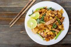 泰国食物,混乱在酱油的炒饭面条 库存图片