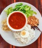 泰国食物,细面条吃用咖喱和新鲜蔬菜,煮沸了在面条的米粉 免版税库存图片