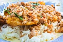 泰国食物, shushi kai dow。(油煎的非洲黑人石灰留下混杂的猪肉) 库存图片