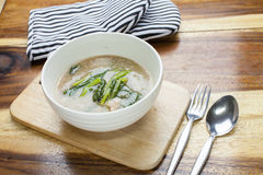 泰国食物:在小汤的油煎的面条 库存照片