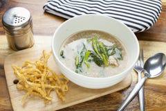 泰国食物:在小汤的油煎的面条 免版税库存照片
