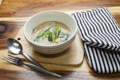 泰国食物:在小汤的油煎的面条 库存图片