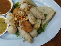 泰国食物:混合丸子供食用一个可口调味汁 免版税库存图片