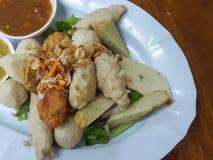 泰国食物:混合丸子供食用一个可口调味汁 免版税库存照片
