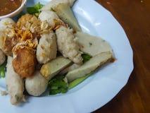 泰国食物:混合丸子供食用一个可口调味汁 库存图片