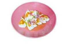 泰国食物:辣蛋沙拉用青葱、大蒜和辣椒在桃红色盘 免版税库存图片