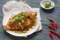 泰国食物:鱼成份油煎了用辣椒甜点调味汁 库存照片