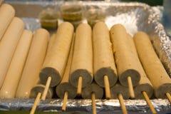 泰国香肠用竹棍子,在篮子 免版税库存图片