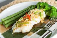 泰国鲈鱼用芦笋 免版税库存图片