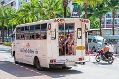泰国,普吉岛, 2018年3月22日-普遍的公共交通工具在有乘客的亚洲Tuktuk在街道上,便宜的出租汽车 免版税库存图片