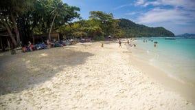 泰国,普吉岛, 2015年11月30日 热带海滩的掌上型计算机 库存照片