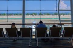 泰国,普吉岛- 09 05 18 一起坐和等在机场的家庭、人和孩子离开 库存图片