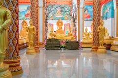 泰国,普吉岛2018年3月22日-佛教Wat寺庙查龙Wat Chayyatararam的主要塔 金修士蜡象  库存图片