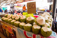 泰国,普吉岛- 2017年2月19日:新鲜的椰子在市场上 热带的果子 免版税库存图片