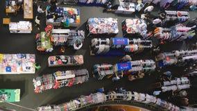 泰国,曼谷, 2015年11月24日 选择一些衣裳的商城的顶视图人 免版税库存照片