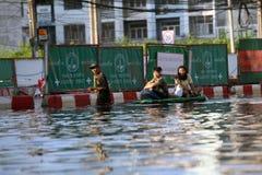 泰国,曼谷- 2011年11月:在洪水期间的当地居民得到在医院游泳 库存照片