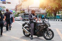 泰国,曼谷- 10月4 :一辆警察推进摩托车 库存图片