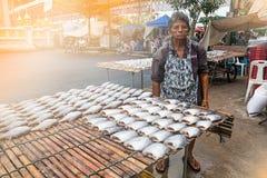 泰国,曼谷- 10月13 :有无首的许多的女性贸易商 库存图片
