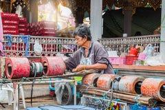 泰国,曼谷- 10月13 :有无首的许多的女性贸易商 图库摄影