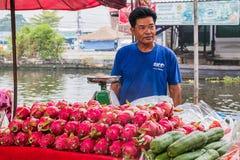 泰国,曼谷- 10月13 :果子贸易商用许多果子 库存照片
