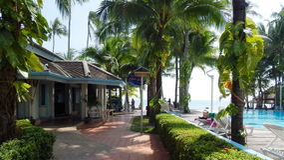 泰国,海岛,苏梅岛,路边餐厅和海的看法 免版税图库摄影