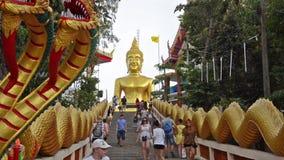 泰国,芭达亚,参观大菩萨小山的未认出的游人 股票录像